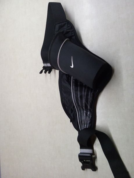 Nerka Nike z pojemnikiem na butelkę