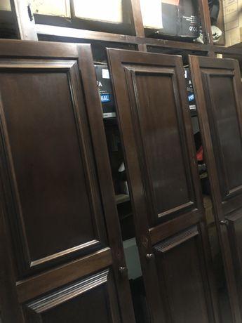 Portas e caixilho de guarda-roupeiro imbotido