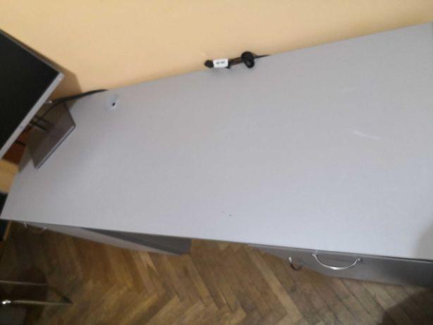 Biurko szare ze śladami użytkowania