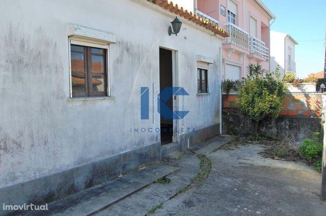 Moradia térrea T2  com quintal para restauro em Cacia