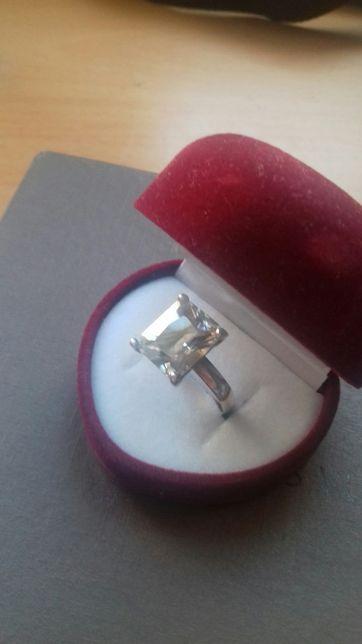 Srebny pierścionek z dużą cyrkonią.