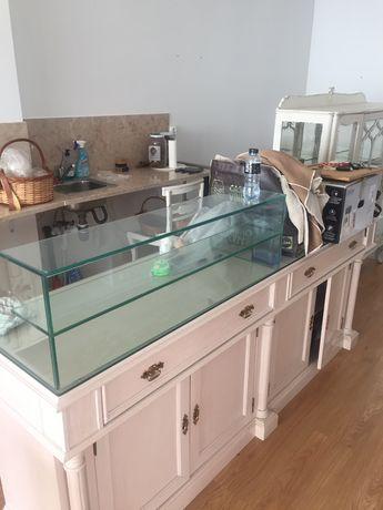 Móvel lacado com vitrine em vidro