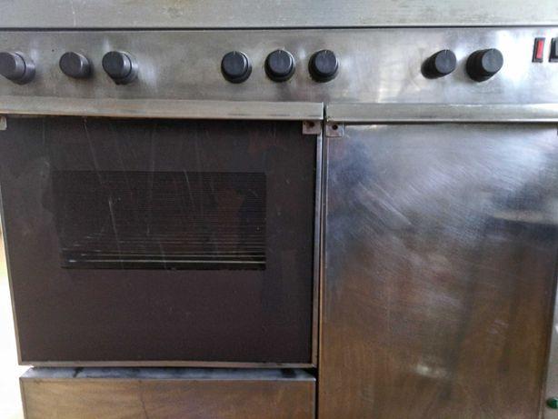 Fogão e forno, todo em inox. Bicos a gás e eletricos.