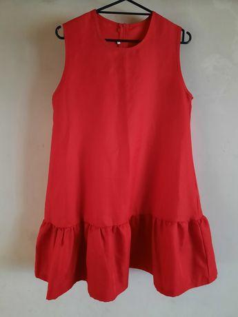 Piękna czerwona rozkloszowana sukienka z falbanką