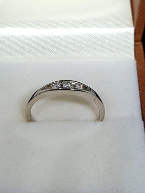 Złoty pierścionek z diamentami 0,11 ct