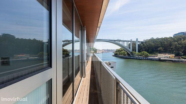 Apartamento T5 com 5 suites à Ponte da Arrábida