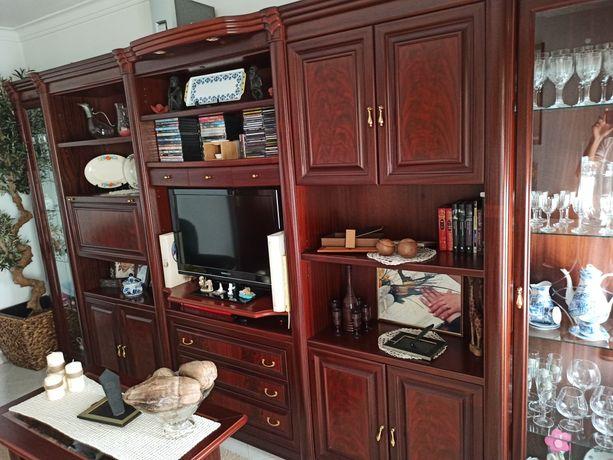 Móvel de sala em mogno e aparador de centro