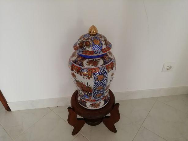 Pote em cerâmica com base em madeira