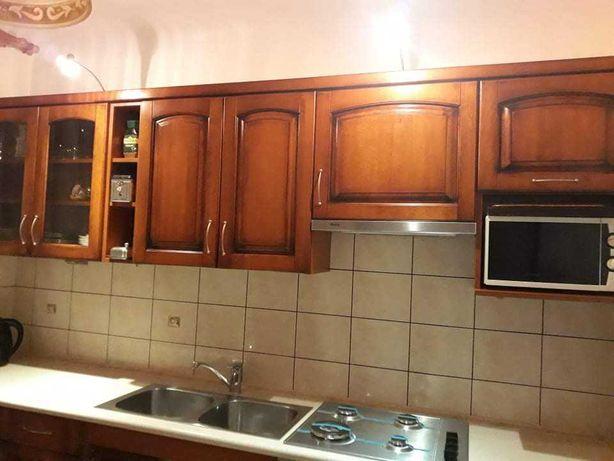 Meble kuchenne z drewnianymi frontami