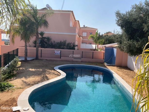 Moradia V3 nova inserida em condomínio fechado com piscina e jardim si