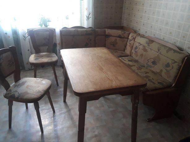 Мягкий уголок для большой кухни, стол, 2 стула.
