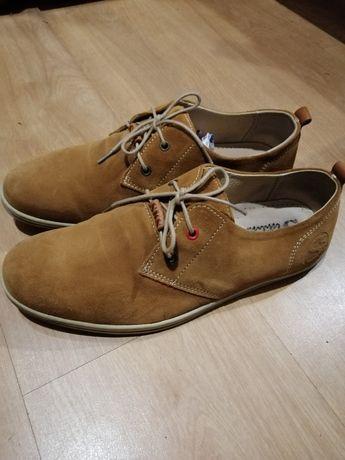 Sapatos de pele elegantes