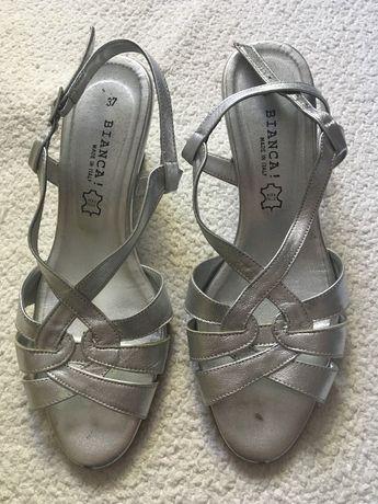 Sandálias cor prata de pele