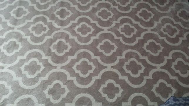 Nowy dywan w kolorze beżowym