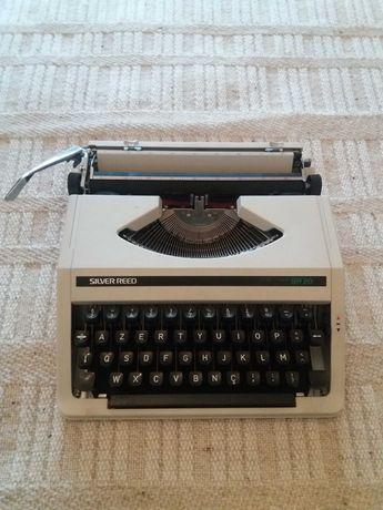 Máquina de escrever portátil.