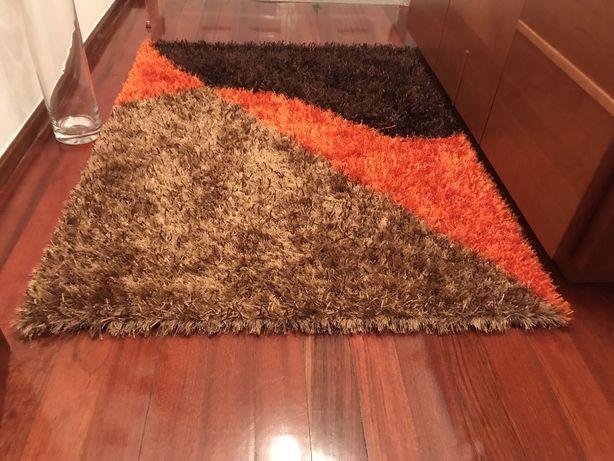 Carpete em tons de laranja e castanho
