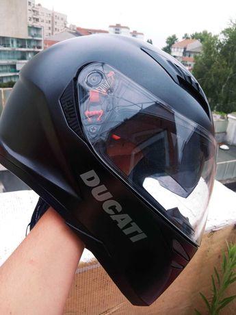 Capacete AGV com impressão Ducati