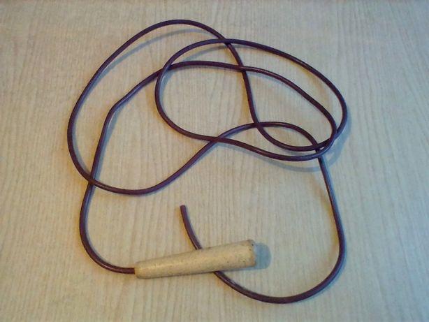Скакалка резиновая с пластмассовой ручкой. Длина 1,90м