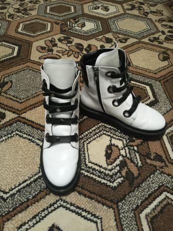Продам белые зимние ботинки