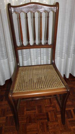Cadeira com assento em palhinha.