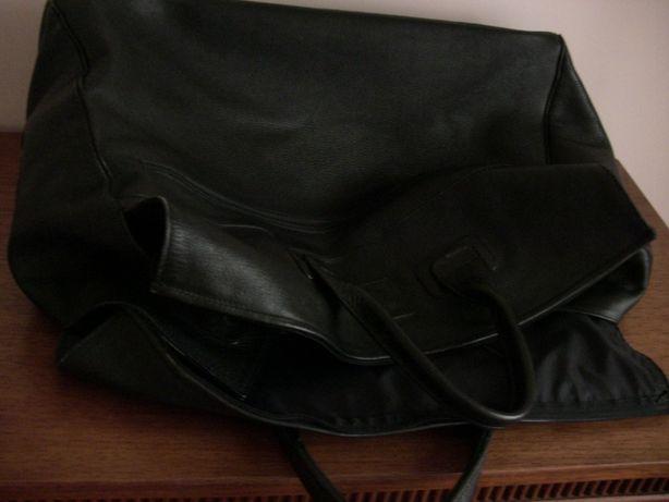 Czarna skórzana torba podróżna
