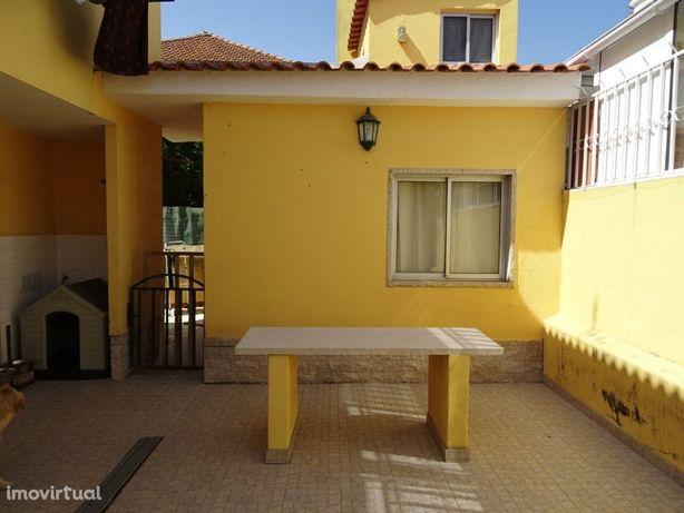 T 2 r/c de moradia, no Murtal/Parede, com 70 m2, com quin...