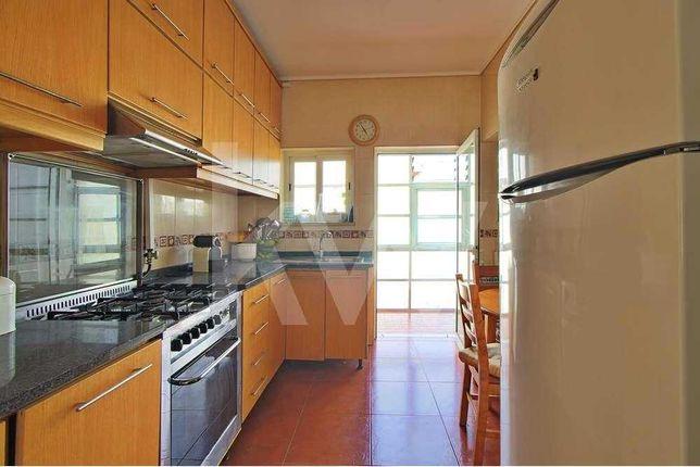 Apartamento T3, com 2 casas de banho e arrumo no sótão, em Azurva.