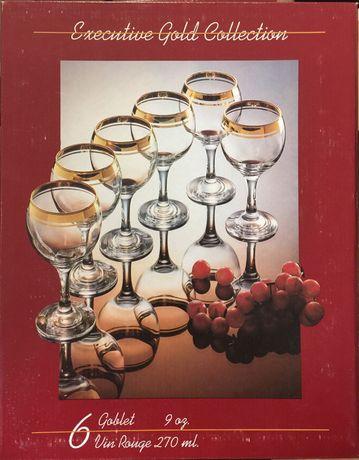 Copos de pé alto de vinho e espumante
