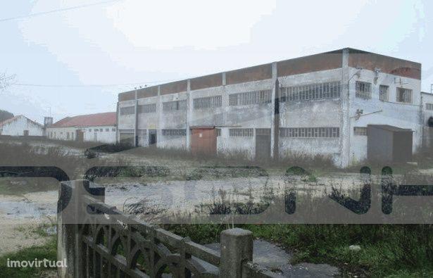 Prédio urbano composto por armazém industrial e habitação anexa