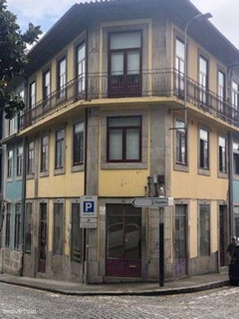 Loja de gaveto. Baixa do Porto.