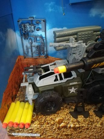 Auto wojskowe z wyrzutnią rakietową-