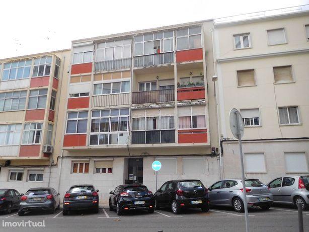 Apartamento T2 em Benfica para investimento.