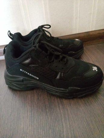Продам подростковые кроссовки черные 36 размер.