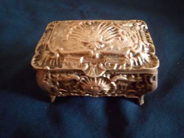Caixa guarda jóias. Em metal.