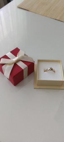 Unikalny pierścionek zaręczynowy z certyfikatem r.12