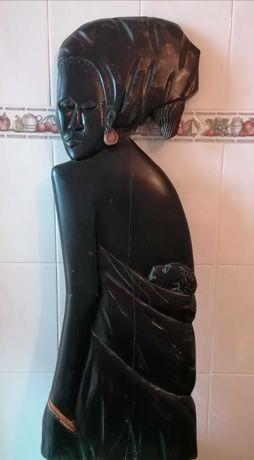 Estatueta em madeira