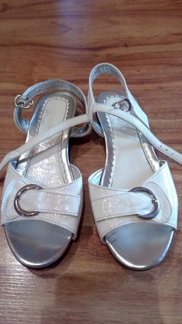 Sandałki białe dla dziewczynki