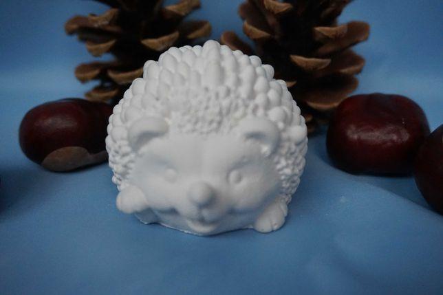 Figurki z gipsu: baranek, jeżyk, zając, sowa.