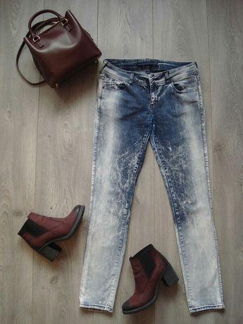 Spodnie jeansowe jeansy granatowe białe bershka