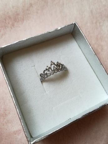 srebrny pierścionek korona z diamencikami cyrkoniami stał chirurgiczna