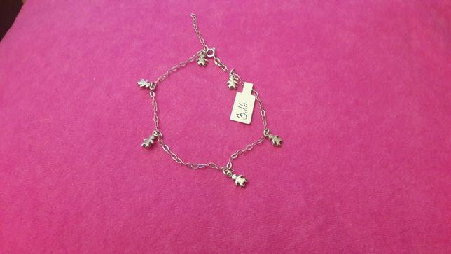 Łańcuszek na rękę srebrny z przywieszkami w kształcie dziewczynek.