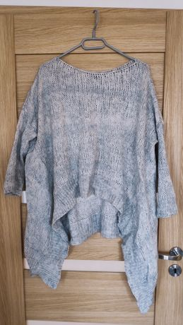 Asymetryczny szary sweter ze srebrną nitką