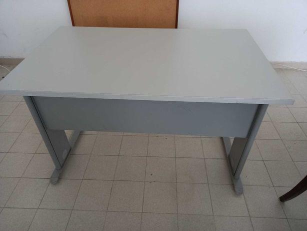 Secretária escritório e mesa de reuniões