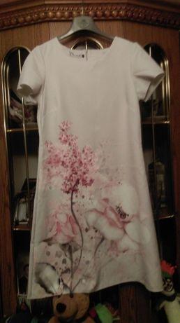 sukienka z motywem kwiatu