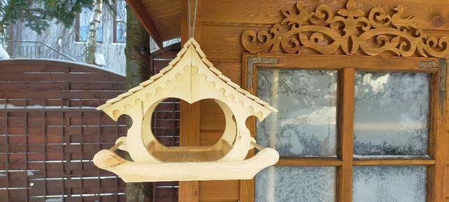Karmnik dla ptaków zdobiony drewniany