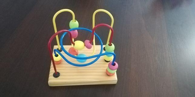 Drewniana zabawka edukacyjną dla dzieci. Przekładanka z koralikami.