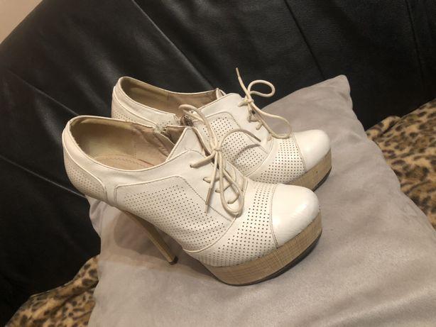 Туфлі 36 р (стелька 22,5см) ботинки белые каблук кожа стильные замок