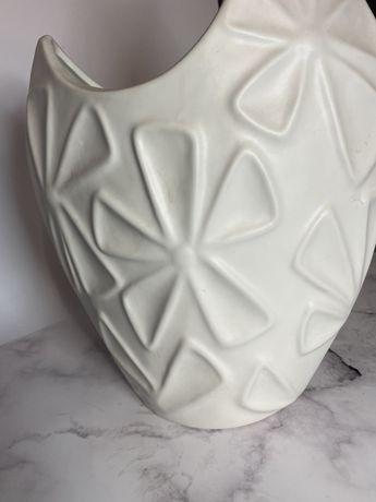 Ozdobny wazon w kwiaty biały
