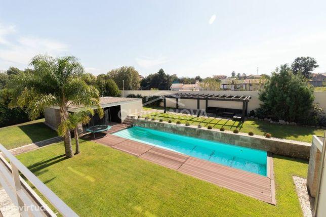 Moradia de luxo V5 com grande jardim e piscina em Avintes