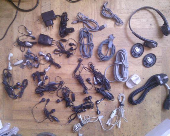 Очень много проводов корпуса шнуры затычки в уши . цена за все